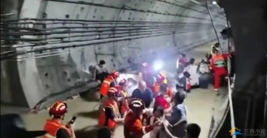 郑州地铁5号线被困人员口述:车厢外水有一人多高,车厢内缺氧-1.jpg