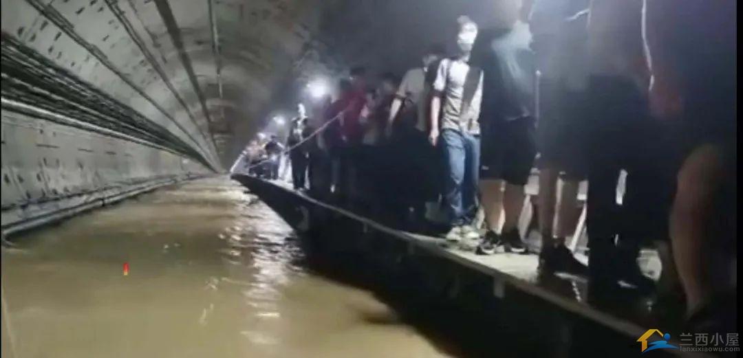 郑州地铁5号线被困人员口述:车厢外水有一人多高,车厢内缺氧-4.jpg